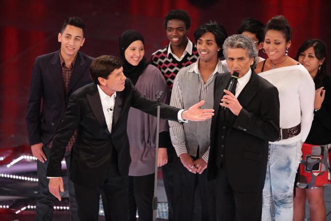 Toto Cutugno sul palco: dietro un gruppo di «nuovi italiani» (Olympia)