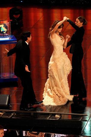 Elisabetta Canalis e Belen Rodriguez danzano sotto gli occhi di Gianni Morandi. Ballando tra di loro, le due showgirl hanno inaugurato la terza serata del Festival (LaPresse)