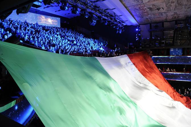 Il tricolore sulla platea del teatro Ariston per la serata dedicata ai 150 anni dell unità d'Italia (Ansa)