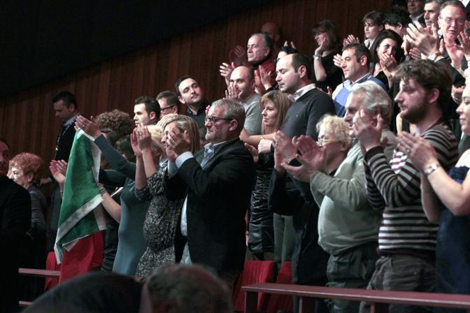Il pubblico dell'Ariston in piedi applaude Benigni (Italy Photo Press)