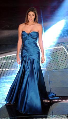 Eli, Belen e gli abiti da favola: stili a confronto. Nella foto in alto la Rodriguez con l'abito blu indossato per la prima serata al Festival d Sanremo (Infophoto)