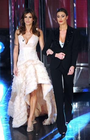 Elisabetta e Belen sul palco del teatro Ariston la terza serata, dedicata ai 150 anni dell unita d'Italia (Ansa)