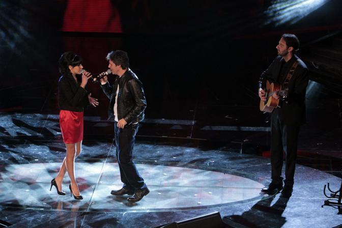 Serata d duetti sul palco del'Ariston. Luca Barbarossa e Raquel del Rosario sono stati accompagnati alla chitarra da Neri Marcorè (IPP)