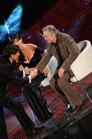 Robert De Niro con la Bellucci e Morandi sul palco dell'Ariston (Liverani)