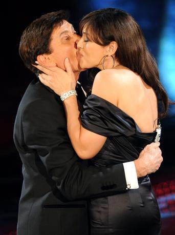 Morandi stringe la diva e le stampa il primo agognato bacio sulla guancia (Ansa)