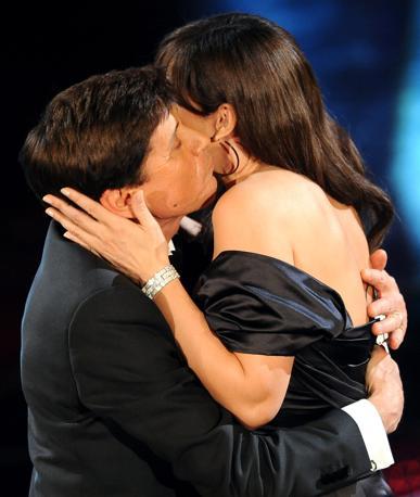 Secondo abbraccio, secondo bacio (Ansa)