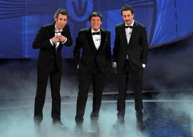Gianni Morandi sul palco con Luca e Paolo (Ipp)