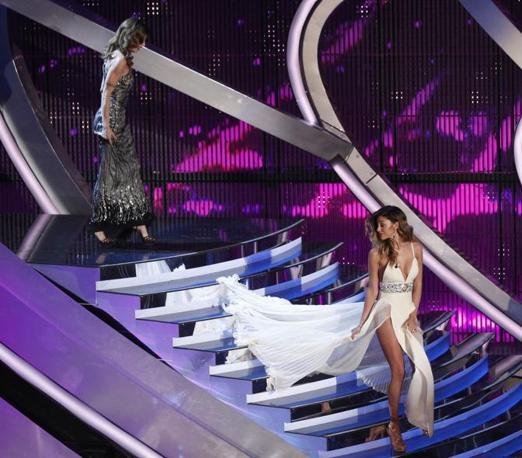 Seconda serata di Sanremo. Belen sale sul palco con un vestito dallo