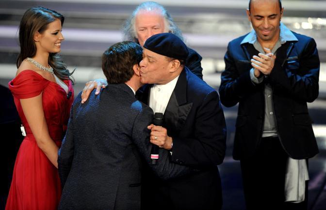 Al Jarreau con Ivana Mrazova e Gianni Morandi sul palco del teatro Ariston (Ansa)
