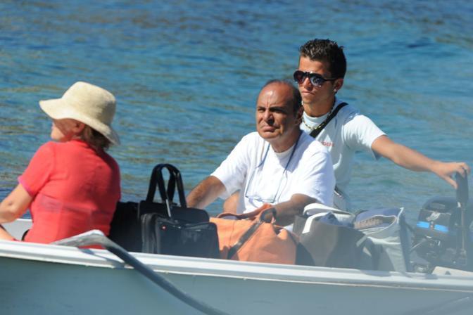 Bruno Vespa e la moglie sbarcano a Ponza al ritorno da una gita all'isola di Palmarola (Olycom)