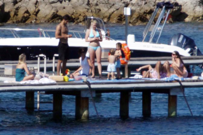Eleonora Berlusconi con il fidanzato Guy Binnis, la sorella Barbara con i figli e un gruppo di amici sul molo di Porto Rotondo (Olycom)