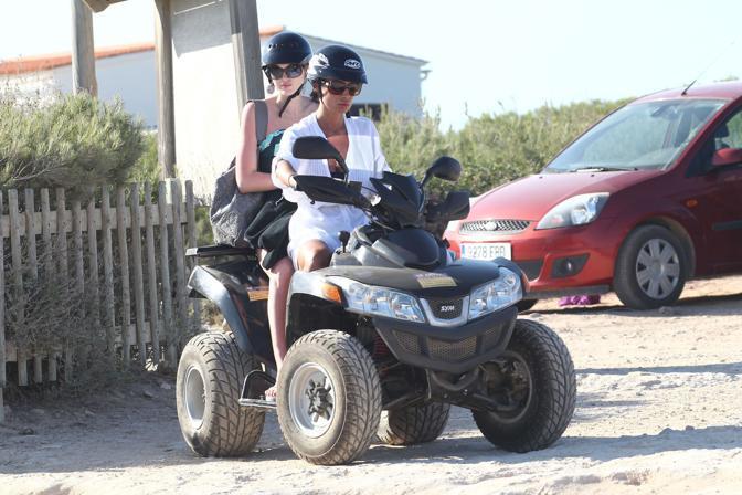 La Minetti usa il quad per gli spostamenti sull'isola (Olympia)