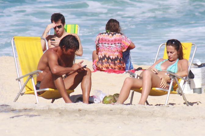 L'ex tecnico dell'Inter Leonardo e la compagna, la giornalista di Sky Anna Billò incinta di quattro mesi, sulla spiaggia di Ipanema a Rio de Janeiro  (Milestone Media)