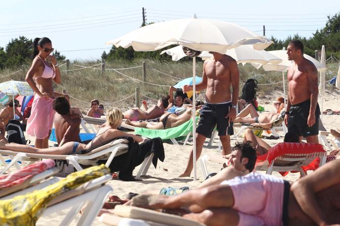 Nicole Minetti e Christian Vieri in vacanza a Formentera, sulla spiaggia del Tahiti Beach (Olycom)