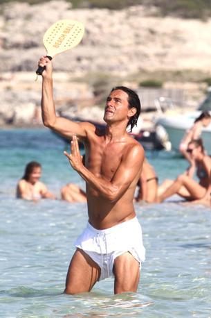 Filippo Inzaghi gioca a racchettoni sulla spiaggia del Rigatoni Beach di Formentera (Olympia)