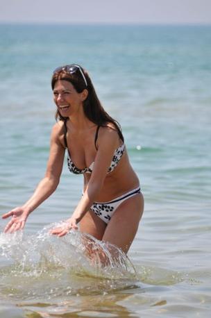 La mitica annunciatrice di Canale 5 nel mare siciliano (Olycom)