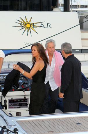 Michael Douglas, dopo la lunga convalescenza, e la moglie Catherine Zeta-Jones ospitano l'amico Bon Jovi sulla loro barca a Saint Tropez (Olycom)