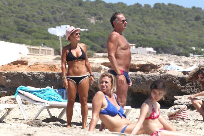 Paolo Bonolis con la famiglia in vacanza a Formentera  (Olycom)
