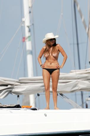 La soubrette Giada De Miceli in topless a Ponza (Olycom)
