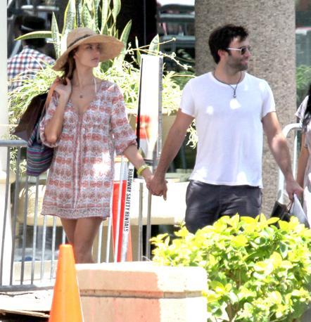 La top model brasiliana Alessandra Ambrosio in vacanza alle Hawaii con il marito Jamie Mazur e la figlia Anja (LaPresse)