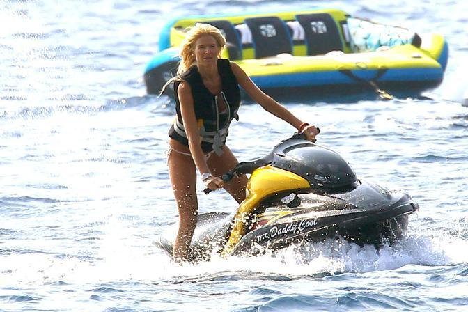 Victoria Silvstedt si diverte sul jetski a Villefranche-sur-Mer, Costa Azzurra (Olycom)