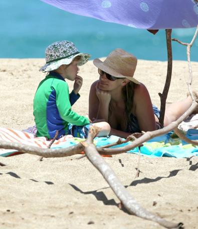 Julia Roberts con il figlio Henry  in vacanza  nell' isola di Kauai (Lapresse)l
