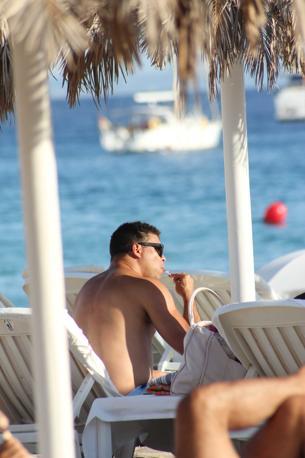 Un Ronaldo decisamente «rilassato» si gode il sole di Ibiza, in Spagna, con la compagna Maria Beatriz Anthony e la figlia (Splash)