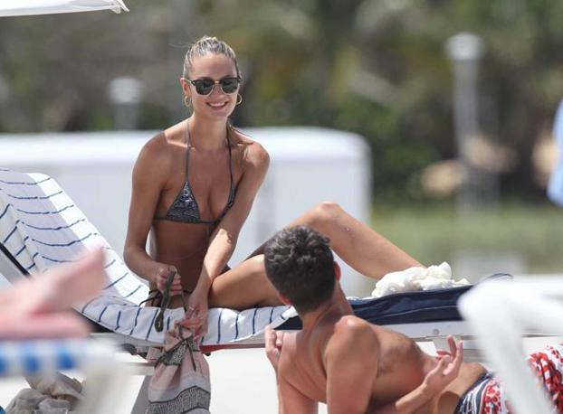 Bellezza in spiaggia: la supermodella sudafricana Candice Swanepoel in bikini a Miami insieme al fidanzato Hermann Nicoli (Olycom)