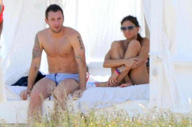 Antonio Cassano e la moglie Carolina Marcialis in vacanza in un resort in Puglia (Olycom)