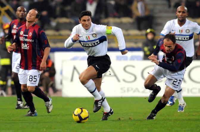 Bologna-Inter: l'interista Zanetti elude il centrocampo del Bologna (Ap)