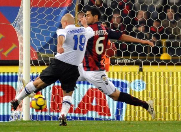 Bologna-Inter: l'interista Cambiasso segna il gol del 3-1 (Ap)