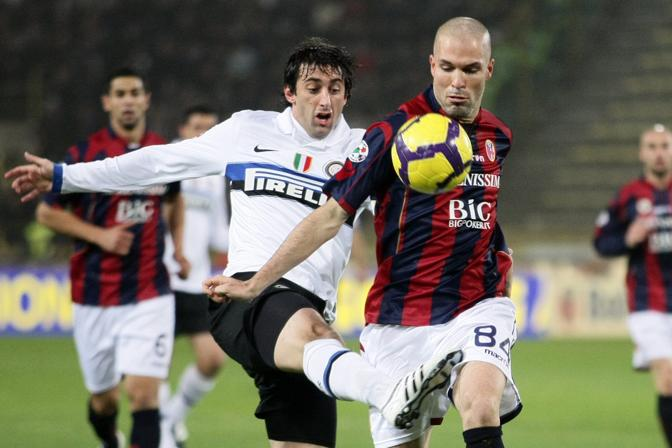 Bologna-Inter: Diego Milito (a sinistra) e Andrea Raggi lottano per il controllo della palla (Ansa)