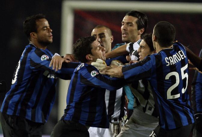 Juventus-Inter: rissa in campo nelle fasi finali di Juventus-Inter. Thiago Motta e Buffon vengono separati dai compagni (Reuters)