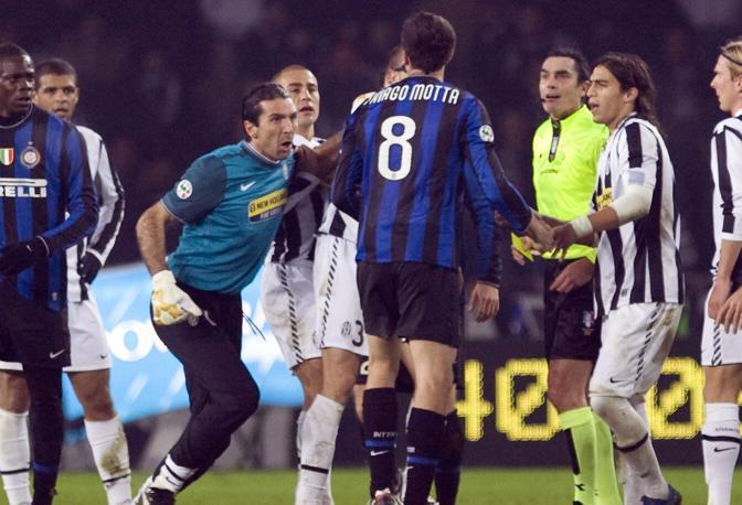 Juventus-Inter: Buffon e Thiago Motta nel concitato finale, che ha portato all'espulsione di Felipe Melo (Ap)