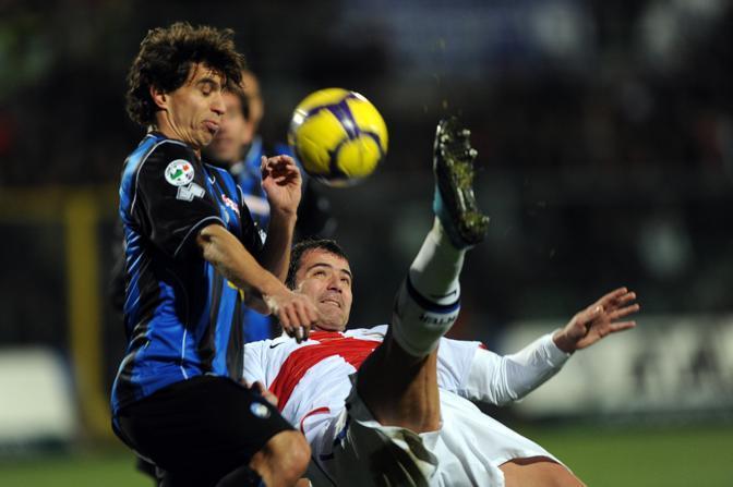 Atalanta-Inter: rovesciata di Dejan Stankovic di fronte a Gyorgy Garics (Afp)