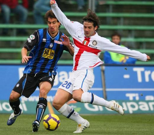 Atalanta-Inter: duello tra i difensori Cristian Chivu e Gyorgy Garics (Ansa)