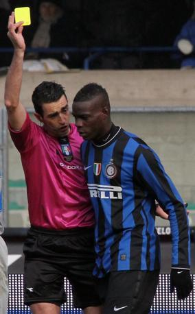 Chievo-Inter: dopo il gol vincente, Balotelli butta platealmente la palla fuori dal campo proprio per farsi ammonire. Così salterà il prossimo turno ma ci sarà sicuramente nel derby (Filippo Venezia/Ansa)