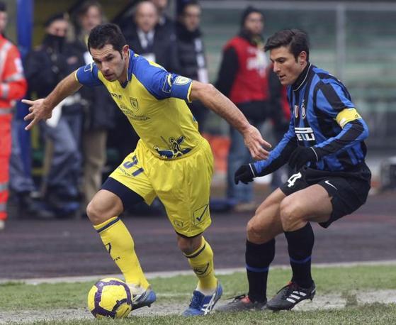 Chievo-Inter: Pellissier contrastato da Zanetti (Franco Debernardi/Ap)