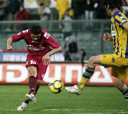 Livorno-Parma: Francesco Tavano realizza va in gol per il Livorno (Ap)