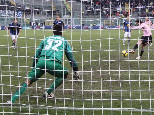 Palermo-Atalanta: Anastasi trasforma il rigore per il  Palermo (Lapresse)