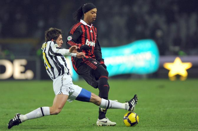 Juventus-Milan: Lotta sul pallone tra Zdenek Grygera e Ronaldinho (Afp)