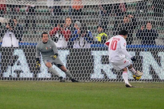 Bari-Inter 2-2: Barreto dal dischetto batte per la seconda volta Julio Cesar (Nicola Ianuale)