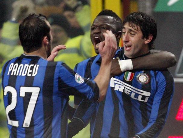 Inter-Milan: Milito festeggiato dopo il gol (Alberto Pellaschiar/Ap)