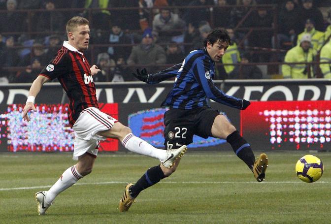 Inter-Milan: con questo diagonale Milito fa secchi Abate e Dida (Max Rossi/Reuters)