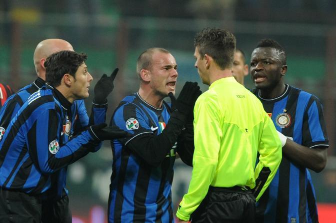 Inter-Milan: Sneijder applaude platealmente l'arbitro e viene espulso a metà del primo tempo (Giuseppe Cacace/Afp)
