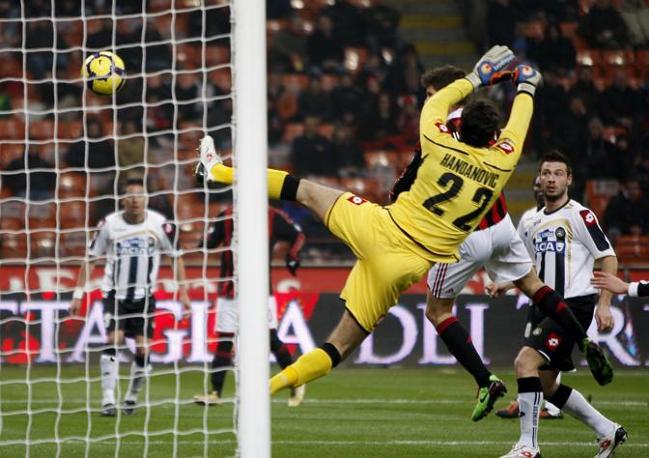 Milan-Udinese: uno dei due gol di Huntelaar  (Ap)
