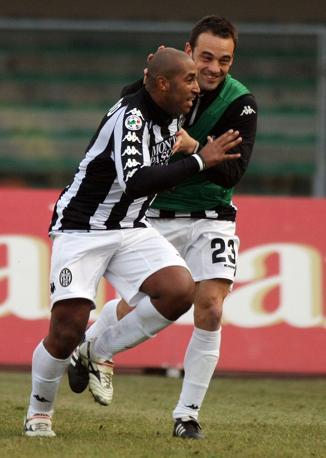 Chievo-Siena 0-1: Reginaldo festeggiato dopo il suo gol (Lapresse)