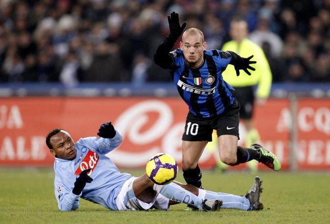 Napoli-Inter 0-0: Sneijder sfugge a Zuniga (Reuters)