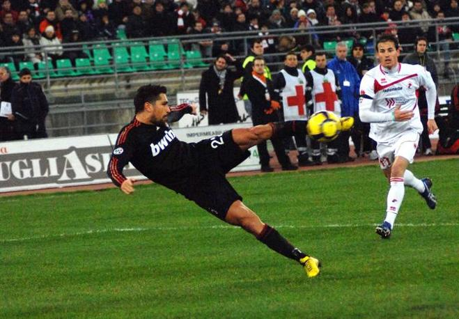 Bari- Milan: strepitoso il gol di Borriello su assist di Ronaldinho (Maffia/Infophoto)