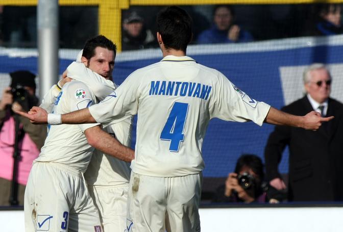 Atalanta-Chievo: Pellissier festeggiato dai compagni dopo il gol (Ap)